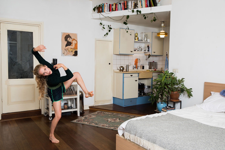 1E PRIJS KUNST CULTUUR EN ENTERTAINMENT ENKEL – JANITA SASSEN – ZELFREFLECTIE Fay van Baar, danser bij het eerste gezelschap van het Nederlands Dans Theater repeteert vanwege de coronamaatregelen in haar slaapkamer.